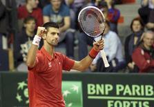 Novak Djokovic a balayé vendredi le Belge Olivier Rochus (6-3 6-2 6-2) et offert un deuxième point à la Serbie lors du premier tour de la Coupe Davis (2-0). /Photo prise le 1er février 2013/REUTERS/Laurent Dubrule