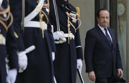 French President Francois Hollande waits for a guest on the steps of the Elysee Palace in Paris, January 28, 2013. REUTERS/Christian Hartmann