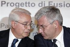 L'ex banchiere ed ex presidente di Generali Cesare Geronzi (sinistra) e l'attuale presidente di Mps Alessandro Profumo, insieme a una conferenza stampa nel 2007. REUTERS/Dario Pignatelli