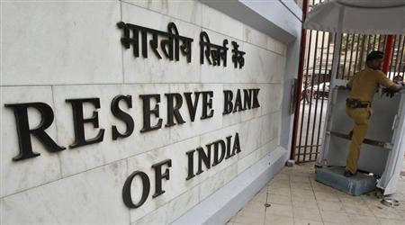 A police officer stands guard in front of the Reserve Bank of India (RBI) head office in Mumbai April 17, 2012. REUTERS/Vivek Prakash/Files