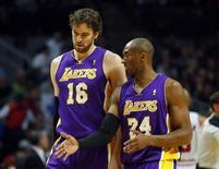 Los Lakers, liderados por el ala-pívot español Pau Gasol, apenas notaron la ausencia de su pívot titular Dwight Howard, quien volvió a lesionarse el hombro, y lograron el viernes una victoria por 111-100 frente a los Timberwolves del base Ricky Rubio. En la imagen, de 21 de enero, Pau Gasol y Kobe Bryant, de los Lakers, en un partido contra los Bulls en Chicago. REUTERS/Jeff Haynes