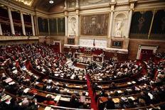 Les députés français ont adopté samedi l'article clé du projet de loi sur le mariage et l'adoption pour les couples homosexuels qui supprime l'exigence de la différence des sexes comme condition du droit au mariage. /Photo prise le 29 janvier 2013/REUTERS/Charles Platiau