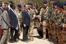 El presidente francés, François Hollande, llegó a Mali el sábado en una visita de un día para apoyar a las tropas francesas que luchan en una campaña contra rebeldes islamistas en la nación del Sahel. En la imagen, el presidente François Hollande (C) se dirige a las tropas francesas en el aeropuerto junto al presidente interino de Mali Dioncounda Traore (2º I), tras su visita a Tumbuctú, el 2 de febrero de 2013. REUTERS/Benoit Tessier