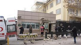Le groupe d'extrême gauche turc DHKP-C (Parti-Front de libération populaire) a revendiqué samedi l'attentat suicide commis la veille contre l'ambassade des Etats-Unis à Ankara, qui a coûté la vie à un garde turc de la mission. REUTERS/Agence de presse Ihlas/IHA