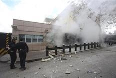 """Policiais turcos são vistos após uma explosão na entrada da Embaixada dos EUA em Ancara. Um grupo de esquerda turco assumiu responsabilidade neste sábado pelo ataque suicida com bomba à embaixada dos Estados Unidos e acusou Washington de usar a Turquia como seu """"escravo"""", segundo comunicado publicado na internet. 01/02/2013 REUTERS/Yavuz Ozden/Milliyet Daily Newspaper/Handout"""