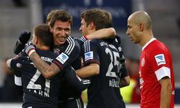 Le Bayern Munich a porté samedi son avance en tête de la Bundesliga à 14 points après sa victoire 3-0 contre Mayence grâce à un doublé de son attaquant croate Mario Mandzukic (de face). /Photo prise le 2 février 2012/REUTERS/Kai Pfaffenbach