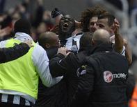 Newcastle a assommé Chelsea 3-2 samedi en Premier League grâce à un doublé de l'une de ses recrues françaises du mercato, le milieu de terrain Moussa Sissoko (au centre), qui a inscrit le but de la victoire sur le fil devant son nouveau public. /Photo prise le 2 février 2012/REUTERS/Nigel Roddis