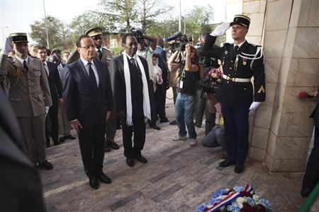 France's President Francois Hollande (2nd L) stands with Mali's interim president Dioncounda Traore before placing flowers in homage to deceased Malian soldiers at the Independence Plaza in Bamako, Mali February 2, 2013. REUTERS/Joe Penney