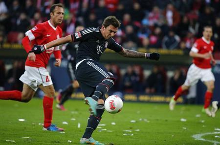 Bayern Munich's Mario Mandzukic (C ) attempts to score his third goal against FSV Mainz 05 during their German first division Bundesliga soccer match in Mainz, February 2, 2013. REUTERS/Kai Pfaffenbach