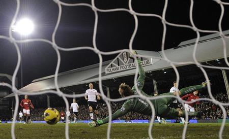 Manchester United's Wayne Rooney (R) scores past Fulham's keeper Mark Schwarzer during their English Premier League soccer match at Craven Cottage stadium in London February 2, 2013. REUTERS/Dylan Martinez