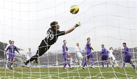 Napoli's Edinson Cavani (2nd R) heads to score against Fiorentina's goalkeeper Norberto Neto during their Italian Serie A soccer match at the A. Franchi stadium in Florence January 20, 2013. REUTERS/Giorgio Benvenuti