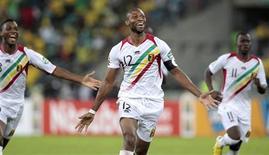 Le capitaine malien Seydou Keita après la victoire de son équipe sur l'Afrique du Sud en quart de finale de la Coupe d'Afrique des nations (Can) à Durban. Le Mali s'est qualifié pour le dernier carré à l'issue d'un quart de finale qui s'est décidé au bout de 120 minutes de jeu (1-1) et de la séance de tirs au but (3-1). /Photo prise le 2 février 2013/REUTERS/Rogan Ward
