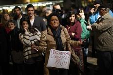 El apoyo al presidente del Gobierno español, Mariano Rajoy, ha caído en picado a un nuevo mínimo tras el escándalo de corrupción que afecta a Rajoy y a otros dirigentes del gobernante Partido Popular, según un sondeo publicado el domingo. En la imagen, una manifestante porta un cartel pidiendo la dimisión del Partido Popular durante una protesta contra la corrupción política en la Plaza de la Constitución en Málaga, el 2 de febrero de 2013. REUTERS/Jon Nazca