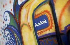 """Cuando nWay empezó a probar el año pasado en Facebook su oscuro juego de combate y ciencia ficción """"ChronoBlade"""", la empresa de San Francisco estaba segura de tener un éxito entre manos. En la iamgen, de 29 de enero, una pintura con el logo de Facebook en Menlo Park, California. REUTERS/Robert Galbraith"""