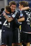 El delantero Mario Mandzukic anotó dos tantos para guiar al Bayern de Múnich a una victoria por 3-0 frente al Mainz el sábado y aumentar así su ventaja en lo más alto de la Bundesliga a 14 puntos. En la imagen, de 2 de febrero, Mario Mandzukic y el resto de sus compañeros de equipo del Bayern celebran su victoria en Mainz. REUTERS/Kai Pfaffenbach