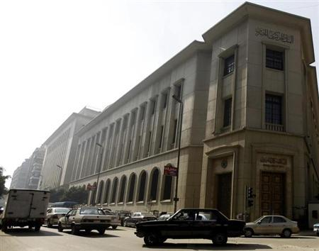 Vehicles drive by in front of Central Bank of Egypt Headquarters in Cairo December 30, 2012. REUTERS/Amr Abdallah Dalsh