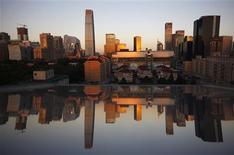 Quartier des affaires de Pékin. Le secteur des services a été en croissance en Chine en janvier pour le quatrième mois d'affilée mais la très faible hausse de l'indice PMI la mesurant prouve à son tour que la reprise de la deuxième économie mondiale manque de dynamisme. /Photo d'archives/REUTERS/David Gray