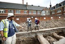 Arqueólogos británicos revelarán la próxima semana si el esqueleto con una calavera partida y una columna vertebral torcida enterrado bajo un aparcamiento municipal pertenece al rey Ricardo III de Inglaterra, el último rey inglés que murió en una batalla, más de cinco siglos después. En la imagen, de 12 de septiembre de 2012, el arqueólogo Mathew Morris señala el esqueleto encontrado durante las excavacioens en Leicester. REUTERS/Darren Staples/Files
