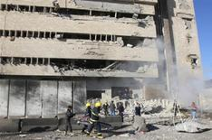 Seguranças iraquianos são vistos em frente ao local onde houve a explosão de uma bomba, na cidade de Kirkuk, no Iraque. Um ataque suicida envolvendo homens armados disfarçados com uniformes da polícia matou pelo menos 33 pessoas neste domingo. 03/02/2013 REUTERS/Ako Rasheed