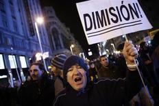 """Manifestante segura cartaz no qual se lê """"Demissão"""" durante um protesto em Madri. O líder do Partido Socialista da Espanha, Alfredo Pérez Rubalcaba, pediu neste domingo a demissão do primeiro-ministro espanhol, Mariano Rajoy, pelo escândalo sobre um suposto caso de corrupção. 01/02/2013 REUTERS/Susana Vera"""