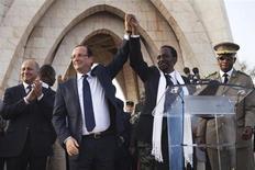 Aviones franceses atacaron el domingo campamentos de rebeldes islamistas en el norte de Mali, dijeron fuentes militares, horas después de que el presidente François Hollande visitó el país de Africa occidental. En la imagen, el presidente francés François Hollande (2º I) une sus manos con el presidente interino de Mali, Dioncounda Traore, después de un discurso de Taore en la Plaza de la Independencia de Bamako, el 2 de febrero de 2013. REUTERS/Joe Penney