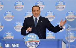 """Ex-premiê italiano Silvio Berlusconi discursa durante evento eleitoral em Milão. Berlusconi anunciou sua """"última grande batalha eleitoral e política"""" neste domingo com a promessa de cortar impostos e os custos do governo caso seu partido, de centro-direita, vença as eleições neste mês. 03/02/2013 REUTERS/Paolo Bona"""