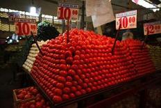 Tomates são dispostos em uma barraca de legumes na cidade de La Merced market, em Cidade do México. O governo norte-americano e os produtores de tomate do México chegaram neste domingo a um acordo preliminar que reduz a ameaça de uma custosa guerra comercial que poderia ocorrer por conta da decisão dos EUA, no ano passado, de encerrar um pacto bilateral de comércio de tomate firmado em 1996. 31/01/2013 REUTERS/Tomas Bravo