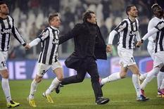 Técnico da Juventus, Antonio Conte, comemora com seus joagdores vitória sobre o Udinese em Turin, na Itália. Dois gols de classe no primeiro tempo deram à Juventus uma vitória de 2 x 1 sobre o Chievo neste domingo, preservando sua vantagem de três pontos na liderança do Campeonato Italiano, enquanto Lazio e Inter de Milão perderam o pé em derrotas para adversários menores. 19/01/2013 REUTERS/Giorgio Perottino