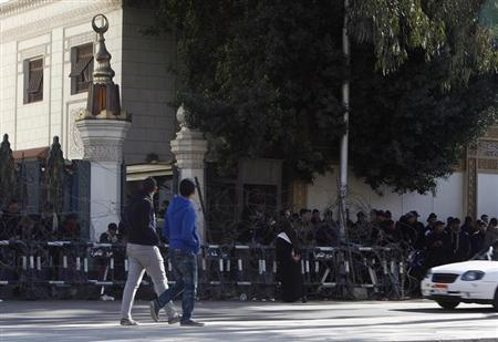 Policemen stand guard in front of the presidential palace in Cairo February 2, 2013. REUTERS/Asmaa Waguih