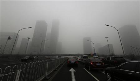 2月3日、北京を覆う深刻な大気汚染の背景には、環境基準の強化に抵抗する国営企業2社、中国石油天然ガス集団(CNPC)と中国石油(シノペック)の存在が浮かび上がっている。写真は北京市内で1月撮影(2013年 ロイター/Jason Lee)