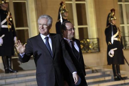 France's President Francois Hollande (R) and Italy's Prime Minister Mario Monti walk together in the courtyard at the Elysee Palace after their meeting in Paris, February 3, 2013.