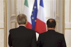El presidente de Francia, François Hollande, dijo el domingo que su país quiere llegar a un acuerdo sobre los presupuestos de la Unión Europea 2014-2020 en una cumbre en Bruselas la próxima semana, pero que aún hay mucho trabajo por hacer. En la imagen del 3 de febrero se puede ver a Hollande (dcha.) de espaldas, junto con el primer ministro italiano, Mario Monti, tras una intervención en el Palacio del Eliseo en París. REUTERS/Philippe Wojazer