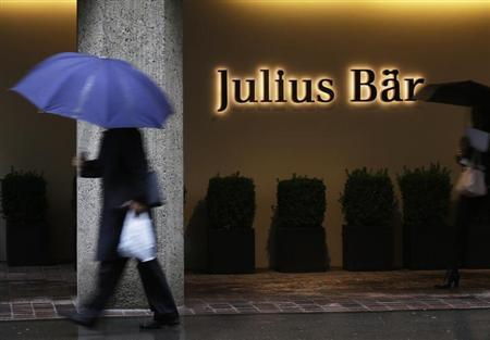 People walk past the headquarters of Swiss bank Julius Baer in Zurich October 9, 2012. REUTERS/Michael Buhozler