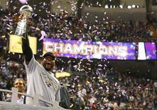 Los Ravens de Baltimore sobrevivieron el domingo a una furiosa remontada en la segunda mitad de los 49ers de San Francisco y un corte de luz en el estadio Superdome de Nueva Orleans para vencer por 34-31 la Super Bowl de la liga de fútbol americano (NFL, por sus siglas en inglés), el partido más importante del deporte estadounidense. En la imagen del 3 de febrero, Ray Lewis, de los Ravens, eleva el trofeo Vince Lombardi celebrando la victoria en el encuentro disputado en Nueva Orleans, Louisiana. REUTERS/Jeff Haynes