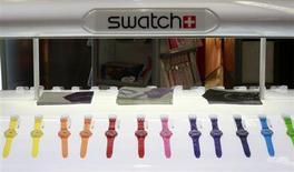 Витрина с часами Swatch в Цюрихе, 8 февраля 2011 года. Swatch Group, крупнейший в мире производитель часов, видит здоровый потенциал роста продаж швейцарских часов после 26-процентного роста чистой прибыли в 2012 году. REUTERS/Arnd Wiegmann