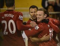 """Уэйн Руни из """"Манчестер Юнайтед"""" (справа) радуется голу, забитому в ворота """"Фулхэма"""" на игре в Лондоне, 2 февраля 2013 года. """"Манчестер Юнайтед"""" увеличил отрыв от земляков из """"Манчестер Сити"""" до девяти очков после 25-го тура чемпионата Англии. REUTERS/Dylan Martinez"""