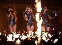 La cantante Beyonce se lució en el espectáculo que tuvo lugar en el descanso de la Super Bowl y deleitó al público reuniendo a sus antiguas compañeras del grupo Destiny's Child el domingo en Nueva Orleans. En la imagen, de 3 de febrero, Beyonce, en el centro, junto con el resto de antiguas componentes del grupo Destiny's Child en el descanso de la Super Bowl. REUTERS/Jeff Haynes