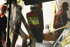 El número de personas muertas por una potente explosión registrada el jueves en un edificio de las oficinas centrales de la petrolera mexicana Pemex en Ciudad de México subió a 36 después de que los servicios de rescate hallaran tres cuerpos más entre los escombros. En la imagen del 3 de febrero, los rescatadores se llevan uno de los cadáveres encontrado en la sede de la petrolera pública en Ciudad de México. REUTERS/Stringer