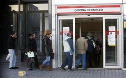 El desempleo en España subió a un nuevo record en enero hasta los 4,98 millones de personas en medio de la profunda debilidad económica del país que ha golpeado con particular intensidad a su mercado laboral, según cifras divulgadas el lunes por el Ministerio de Empleo. En la imagen de archivo, varias personas hacen cola en una oficina de empleo en Madrid, el 24 de enero de 2013. REUTERS/Andrea Comas