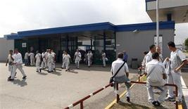 Operai all'ingresso dello stabilimento Fiat di Pomigliano. REUTERS/Ciro de Luca
