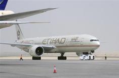 Etihad Airways, compagnie aérienne basée à Abou Dhabi, fait état d'un bénéfice net multiplié par trois en 2012, son réseau mondial en expansion accélérée attirant toujours plus de passagers. /Photo prise le 19 septembre 2012/REUTERS/Ben Job