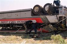 Перевернувшийся туристический автобус на шоссе в Калифорнии 14 апреля 1998 года. По меньшей мере восемь человек погибли в результате столкновения туристического автобуса с пикапом на юге Калифорнии, сообщили власти. J.J.
