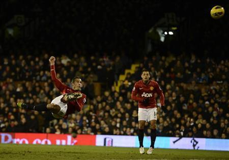 Manchester United's Robin Van Persie (L) unsuccessfully tries a shot on the Fulham goal during their English Premier League soccer match at Craven Cottage stadium in London February 2, 2013. REUTERS/Dylan Martinez