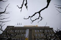 Commerzbank, deuxième banque allemande, annonce une perte nette beaucoup plus lourde que prévu, de 720 millions d'euros, pour le quatrième trimestre 2012. /Photo prise le 24 janvier 2013/REUTERS/Ina Fassbender