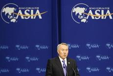 Президент Казахстана Нурсултан Назарбаев выступает открытии бизнес-форума на острове Хайнань, Китай 18 апреля 2009 года. Назарбаев поручил до конца 2013 года продать государственные доли в трех крупных банках страны, которые были национализированы в кризис и затем реструктурировали долги. REUTERS/Alfred Cheng Jin