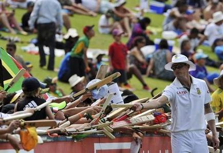 South Africa's Dale Steyn signs autographs for fans during the third day of the first test cricket match against Pakistan in Johannesburg, February 3, 2013. REUTERS/Ihsaan Haffejee