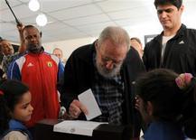 Ex-líder cubano Fidel Castro vota em seção eleitoral em Havana. Castro votou na eleição geral de domingo e conversou por mais de uma hora com admiradores e jornalistas cubanos em Havana, na sua primeira aparição pública prolongada desde 2010. 03/02/2013 REUTERS/Ismael Francisco/Cubadebate/Divulgação