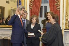 Ex-presidente do Comitê de Relações Exteriores do Senado, John Kerry, assume oficialmente o cargo de secretário de Estado ao lado de sua esposa nesta foto de divulgação, em Washington. 01/02/2013 REUTERS/U.S. Senate Photograpic Studio/Divulgação