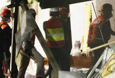 Equipes de resgate carregam maca com o corpo da 36a vítima no local da explosão na sede da petrolífera Pemex, na Cidade do México. Equipes de resgate encontraram mais três corpos durante o fim de semana em meio aos destroços da explosão ocorrida na sede da empresa petrolífera Mexicana. 03/02/2013 REUTERS/Stringer