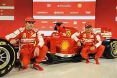El presidente de Ferrari, Luca Di Montezemolo, dudará más de un momento en contestar al teléfono si Felipe Massa le llama el martes. Los pilotos de Ferrari Fernando Alonso (I) y Felipe Massa posan con el nuevo F138, en una imagen distribuida por Ferrari, el 1 de febrero de 2013. REUTERS/Ferrari Press Office/Handout